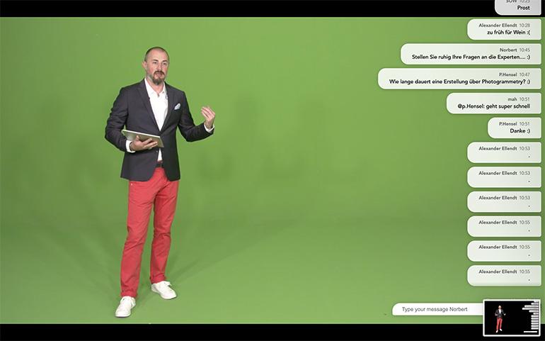 Moderator vor grünem Hintergrund